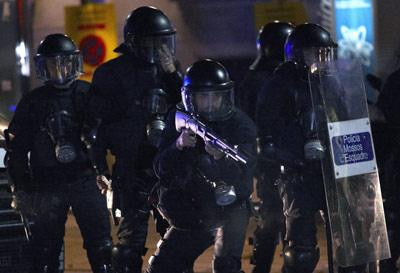 Unos Mossos d'Esquadra durante la jornada de huelga general. EFE/Alejandro García