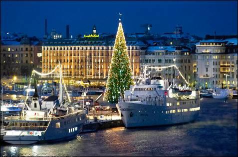 Árbol de Navidad instalado en el puerto de Estocolmo.