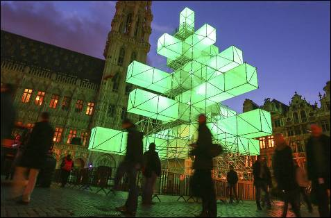 Árbol navideño de diseño moderno, instalado en el centro de la Grande Place de Bruselas.