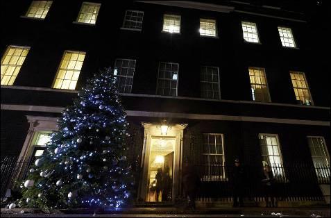 Árbol de Navidad colocado a la puerta de la residencia del primer ministro británico, en el nº 10 de Downing Street, de Londres.