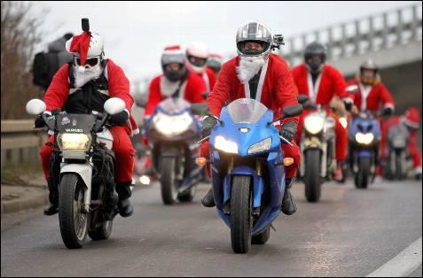 El único requisito para participar en esta prueba en Polonia es, además de tener moto,  vestir de rojo y realizar una aportación en dinero para los niños.