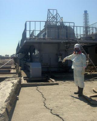 Una grieta provocada en Fukushima por el seísmo.-