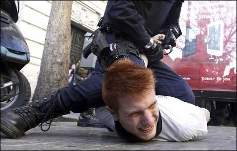 Un joven es detenido por la policía durante las protestas.