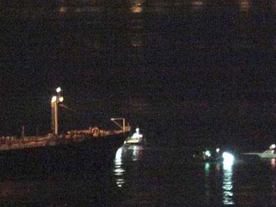 Patrulleras de la Royal Gibraltar Police y de la Royal Navy han salido esta noche al paso de tres pesqueros de Algeciras para impedirles echar las redes en aguas próximas a la colonia, lo que ha provocado una confrontación con embarcaciones de la Guardia Civil que protegían a los pescadores. EFE / A.Carrasco Ragel.