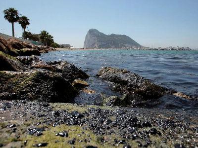 La mancha de un kilómetro disperso de hidrocarburo fue detectada en la zona próxima a la playa de Poniente de La Línea de la Concepción (Cádiz). -