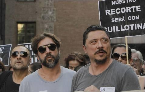 Los actores Carlos y Javier Bardem durante la concentración madrileña.- KIKO HUESCA (EFE)
