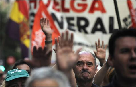 Los manifestantes levantan las manos durante la marcha en Bilbao.- AFP