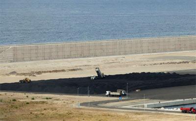 Carbón colombiano acumulado en el puerto gijonés de El Musel.JUAN PLAZA / LNE
