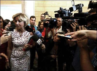 Esperanza Aguirre atiende a los medios de comunicación tras finalizar la primera sesión del debate sobre el estado de la región.