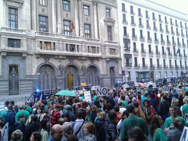 La manifestación de la comunidad educativa contra los recortes, esta tarde en Madrid.-