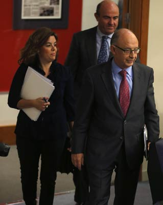 Montoro, Saénz de Santamaría y Luis de Guindos comparecen ante los periodistas para presentar los presupuestos de 2013.