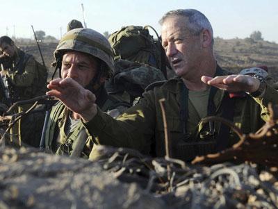 El jefe del estado mayor de Israel, Benny Gantz, participa en un ejercicio militar con fuego real.