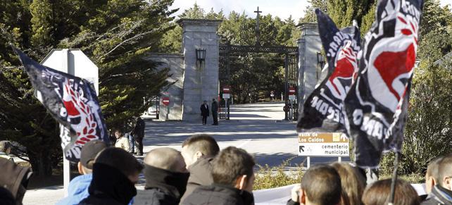 Un momento de la concentración convocada por el Foro por la Memoria de la Comunidad de Madrid para denunciar la permanencia del Valle de los Caídos como un mausoleo de Francisco Franco y un lugar de peregrinación del fascismo internacional.
