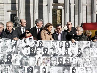 Familiares de víctimas del franquismo y portavoces de la oposición en el Congreso, en un acto hace unos días. EFE/Paco Campos