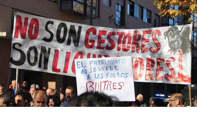 Protesta de los inquilinos de las 3.000 viviendas madrileñas vendidas a fondos privados. FOTOS: JULIA GAS