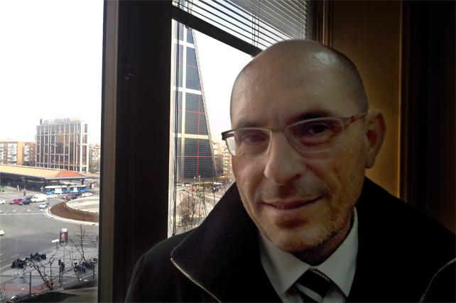 El juez Silva, en su despacho, con una de las torres de Bankia al fondo/FOTO:A.M.