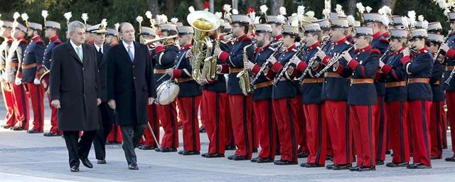Los presidentes del Congreso, Jesús Posada, y del Senado, Pío García Escudero, junto al jefe del Estado Mayor de la Defensa, almirante general Fernando García Sánchez, llegan al acto de izado de la bandera nacional. EFE