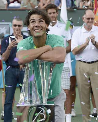 Nadal posa con el trofeo de campeón de Indian Wells.