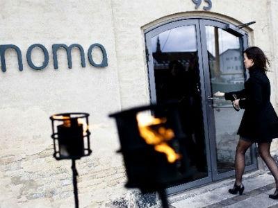Dos clientes se dirigen a entrar en el restaurante danés. AFP