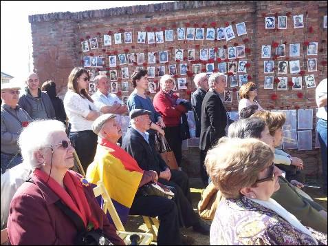 El acto se ha celebrado frente a las mismas paredes donde se efectuaban los disparon que sesgaron unas 3.000 vidas. -PATRICIA CAMPELO