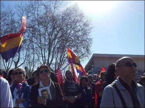 Cerca de un centenar de personas han asistido al acto que recuerda a los casi 3.000 fusilados frente a las tapias del cementerios. Banderas tricolor y claveles rojos llenaron la estampa. -PATRICIA CAMPELO