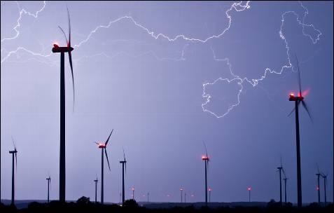 Una tormenta eléctrica ilumina el cielo en un parque eólico cerca de Jacobsdorf, en Alemania.-
