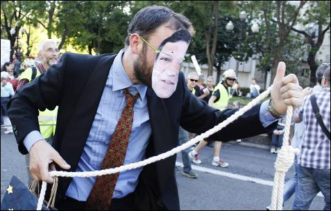Un manifestante con una careta del presidente de la Comisión Europea, José Manuel Durao Barroso, en la manifestación de Madrid.