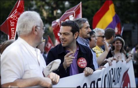 El lider de Syriza (izquierda radical griega), Alexis Tsipras, junto al coordinador federal de IU, Cayo lara, y al eurodiputado de IU, Willy Meyer en la manifestación del este primero de junio en Madrid.