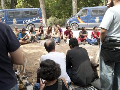 Momento en que los furgones de la Policía irrumpen en la asambleas preparatoria del 25-S. -COORDINADORA 25-S