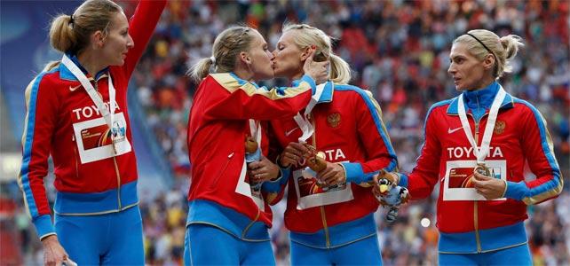 El polémico beso entre las atletas rusas Kseniya Ryzhova y Tatyana Firova.