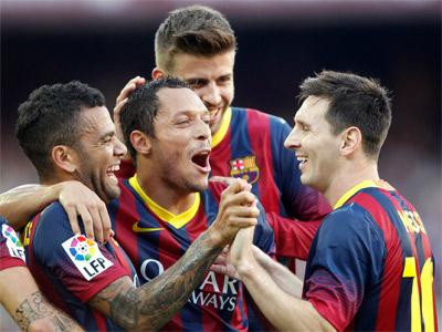 Los jugadores del Barcelona celebran uno de los goles. REUTERS/Albert Gea