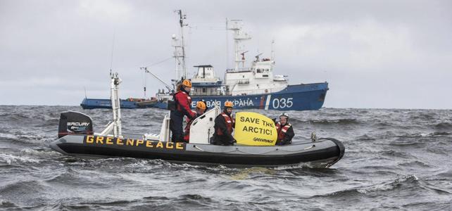 Miembros de Greenpeace protestando frente a un barco de la guardia fronteriza rusa en el Océano Ártico.-