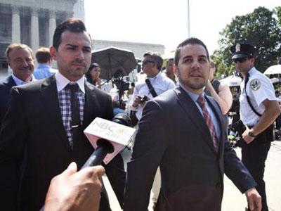 Una pareja sale del Tribunal Supremo, en Washington. EFE