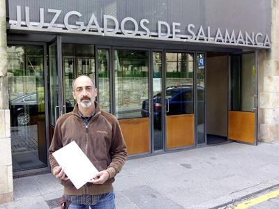 Javier Paz, con su denuncia en la mano.