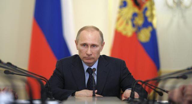El presidente ruso Vladimir Putin preside una reunión de gobierno en la residencia de Novo-Ogaryovo a las afueras de Moscú (Rusia).