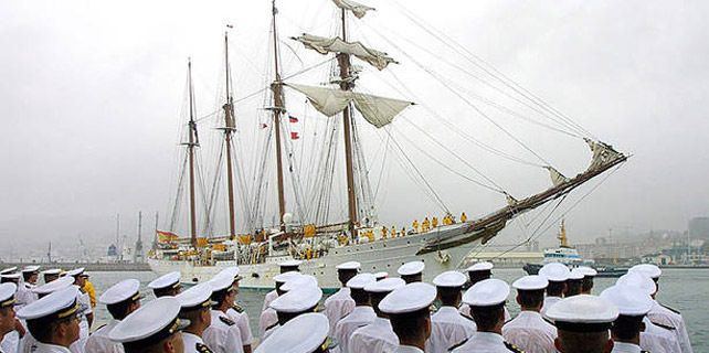 El Juan Sebastián Elcano, en el puerto de Marín. Archivo, EFE