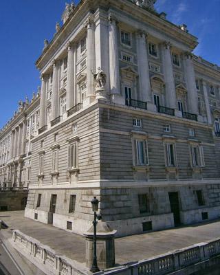 La farola republicana del Palacio Real se encuentra en la esquina de la calle Bailén.