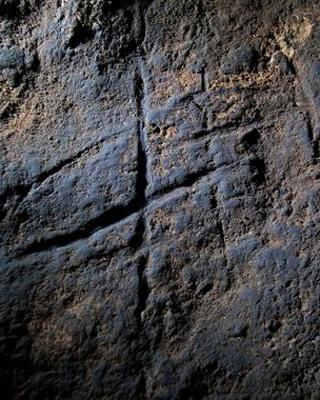 Líneas cruzadas talladas en la roca de la Cueva de Gorham (Gibraltar)