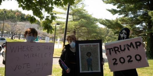 ...Y otros protestan contra las políticas de Trump también en el exterior del hospital militar.