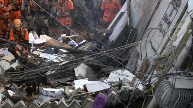 FOTOS] Edificio de cuatro pisos se desploma en Rio de Janeiro, Brasil | T13