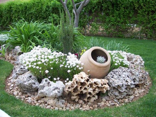 Pequeño Espacio De Jardín Decorado con Piedras