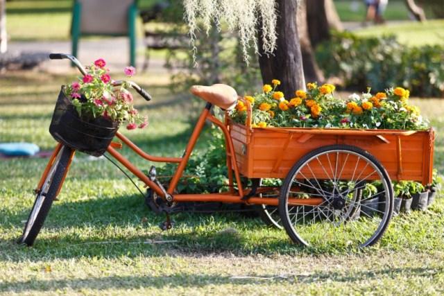 Decoracion del jardin con bicicleta de flores