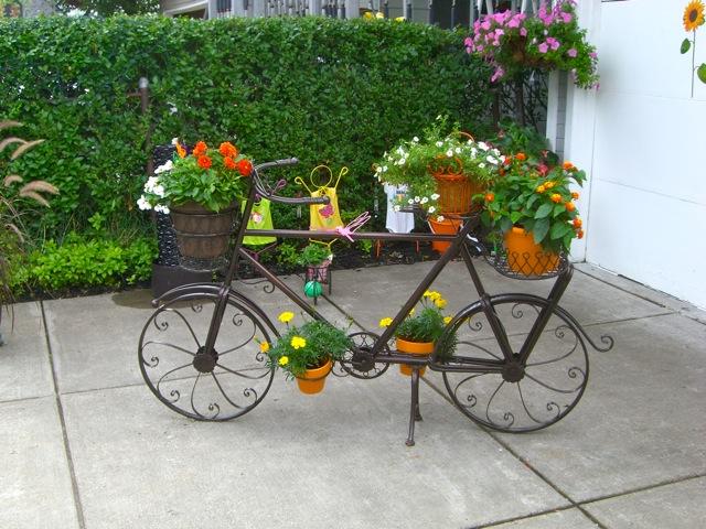 Ideas de decoracion para el jardin usando bicicletas