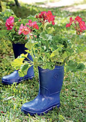 Imagenes de botas recicladas como materos para el jardin