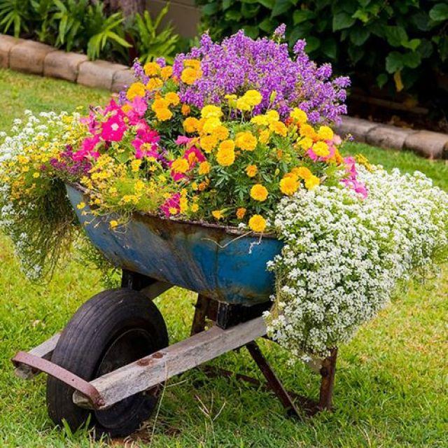 Carretillas con flores para decorar el jardin