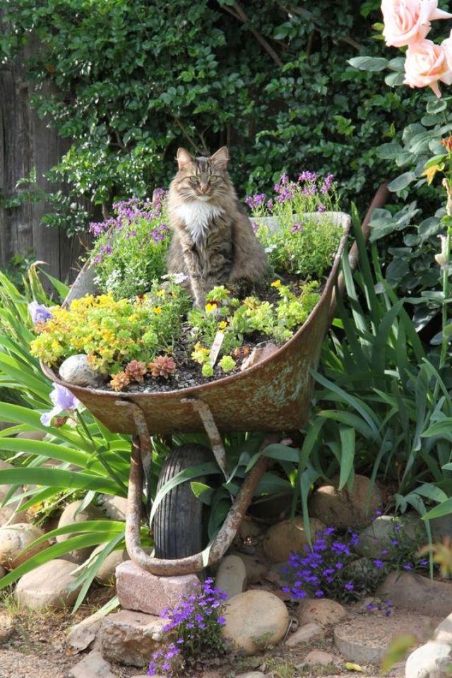 Como decorar el jardin con carretillas recicladas