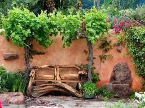 Decoracion jardin rustico con sillas hechas con troncos
