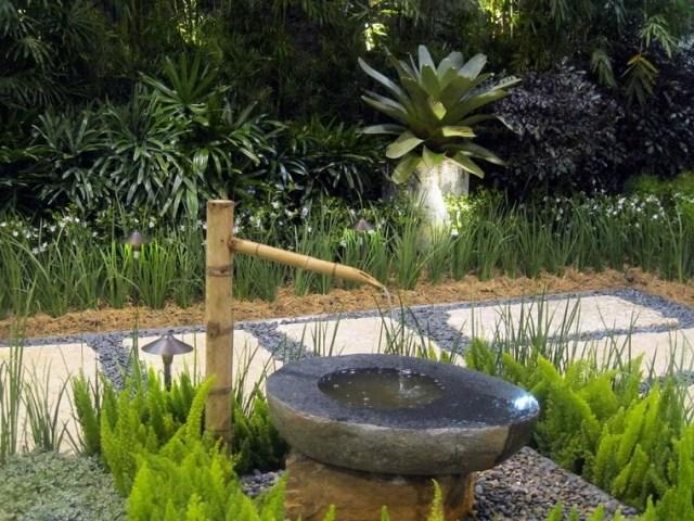 Foto de una bonita fuente con bambú para decorar el jardin