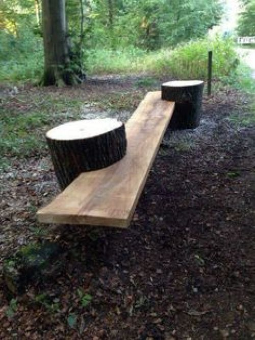 Foto de una silla hecha con troncos para el jardin