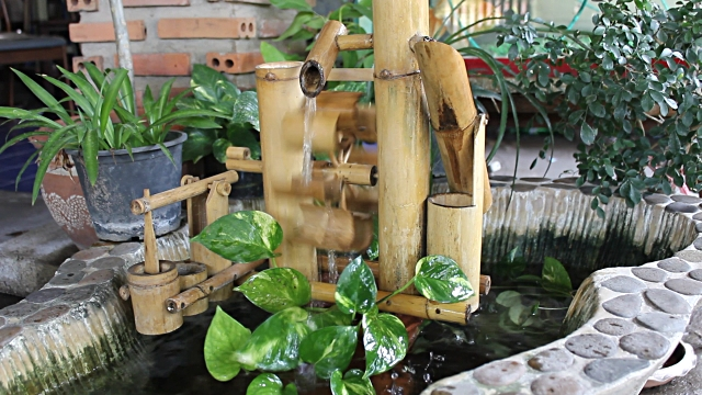 Imagen linda fuente de agua de bambu
